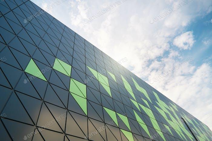 Modernes Gebäudedetail am blauen Himmel.