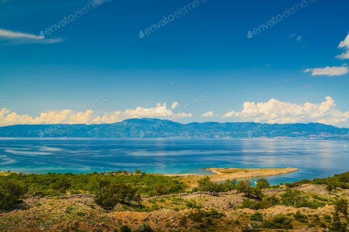 Malerische Aussicht auf die Bucht in Krk Insel, KroatienApatia