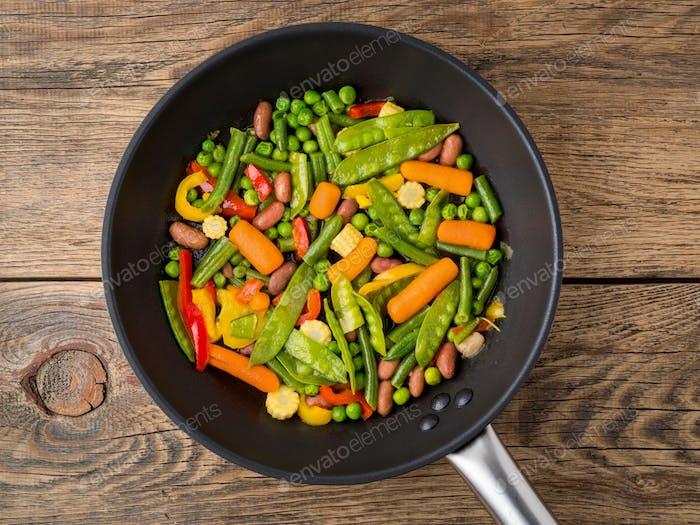große Pfanne gebraten mit bunten Gemüse - Paprika, Erbsen, grüne Bohnen, Baby-Mais, Karotten, Bohnen