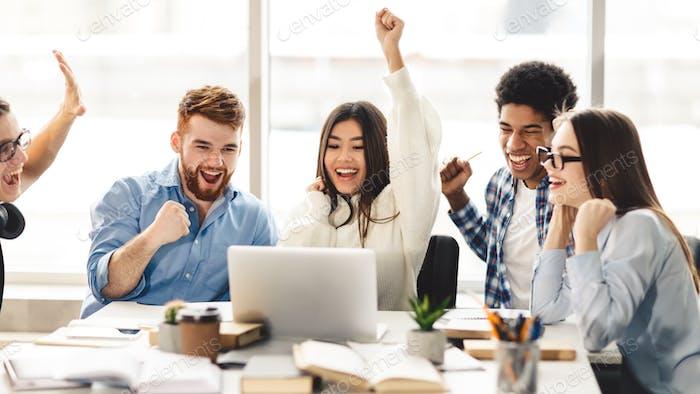 Yeah Overjoyed Studenten feiern erfolgreiche Abschlusstests