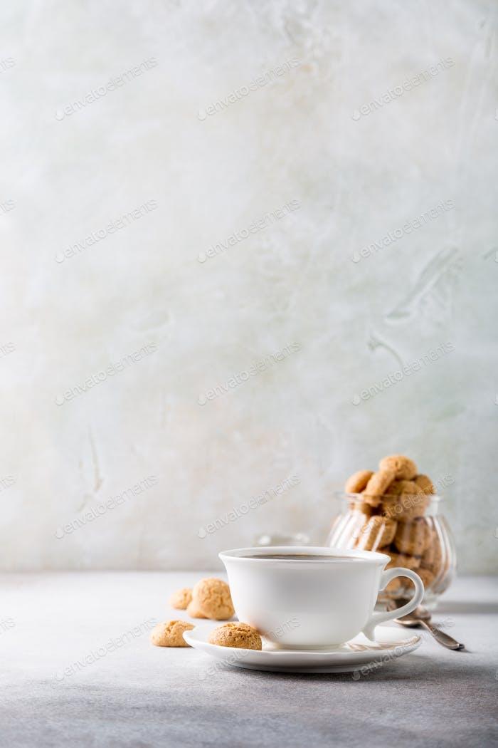 Taza blanca de café con galletas amaretti