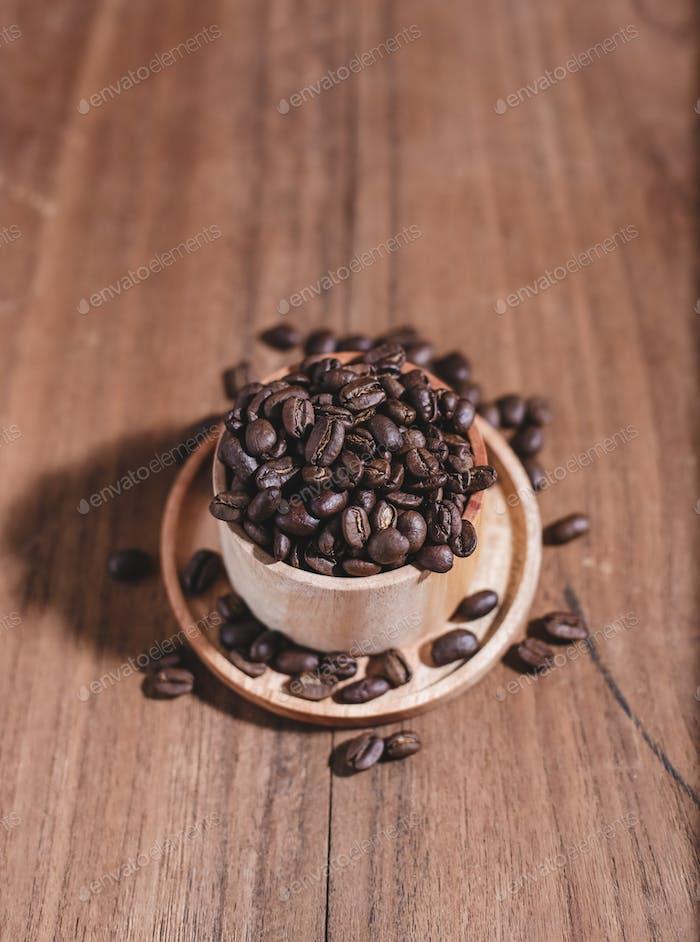 Kaffeebohnen auf Holztasse