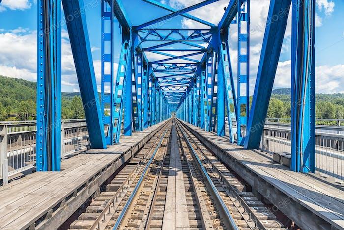 Vista del puente del ferrocarril del río azul