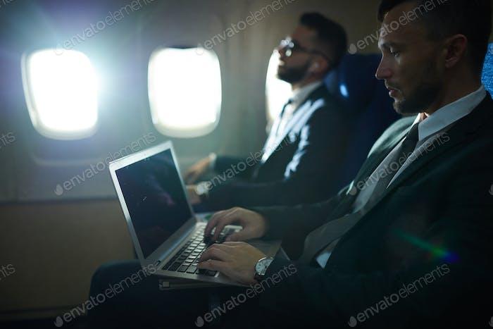 Geschäftsleute im Flugzeug