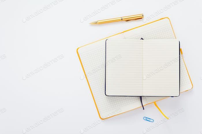 cuaderno y lápiz en Fondo blanco