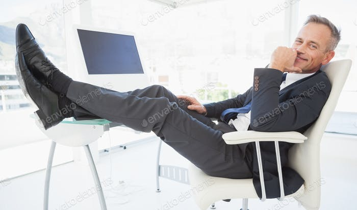 Ein entspannender Geschäftsmann genießen seinen Tag bei der Arbeit