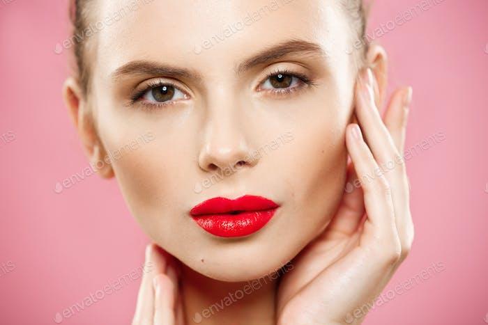Beauty-Konzept - Nahaufnahme Wunderschöne junge Brünette Frau Gesicht Porträt. Beauty Model Mädchen mit hellen