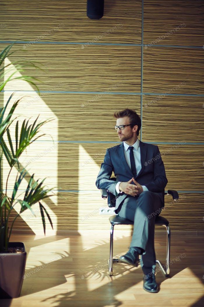 Бизнесмен на стуле