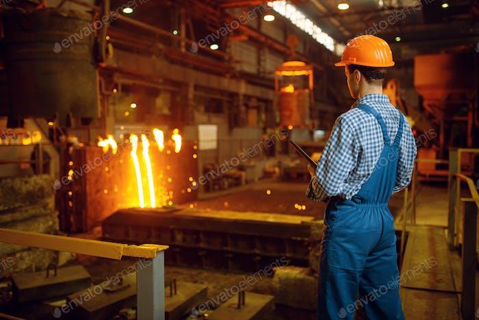 Stahlmeister am Ofen, Stahlfabrik