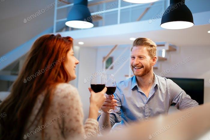 Schönes Paar Toasten mit Wein