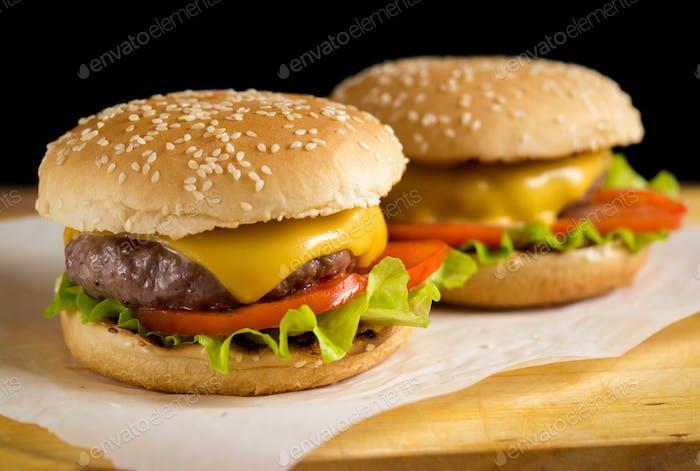 Zwei frisch zubereitete Burger