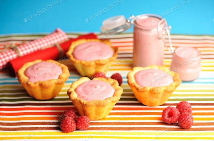 Pastel con postre de yogur de frambuesa