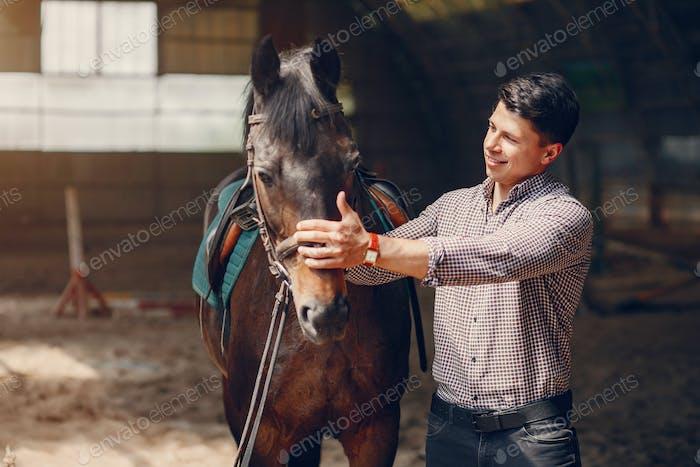 Schöner Mann stehend in einer Ranch