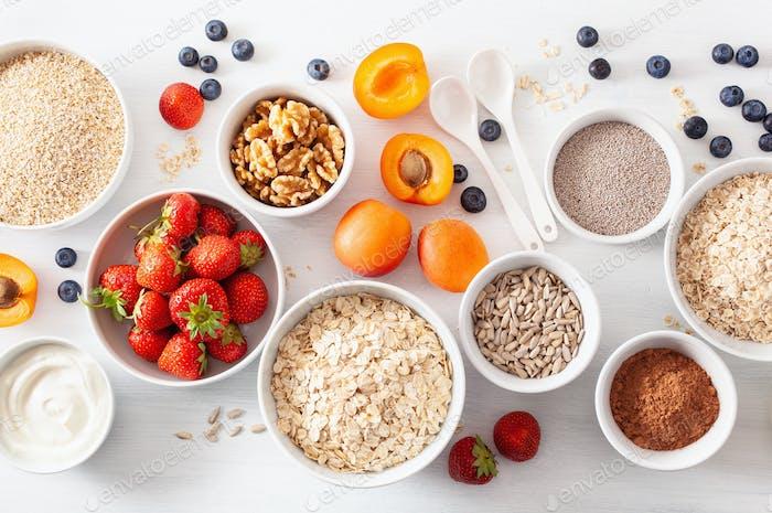 rohes Getreide, Obst und Nüsse zum Frühstück. Haferflocken und Stahlschliff, Gerste, Nussbaum, Chia