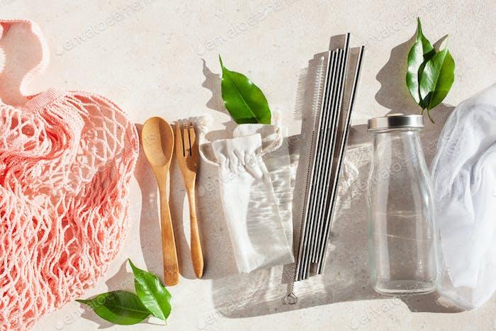 Zero Waste umweltfreundliches Konzept. Wiederverwendbare Baumwolltasche, Edelstahl Trinkhalm, Glas