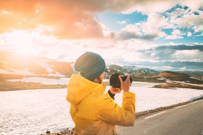 Aurlandsfjellet, Norwegen. Young Happy Woman Tourist Traveler Fotograf fotografiert