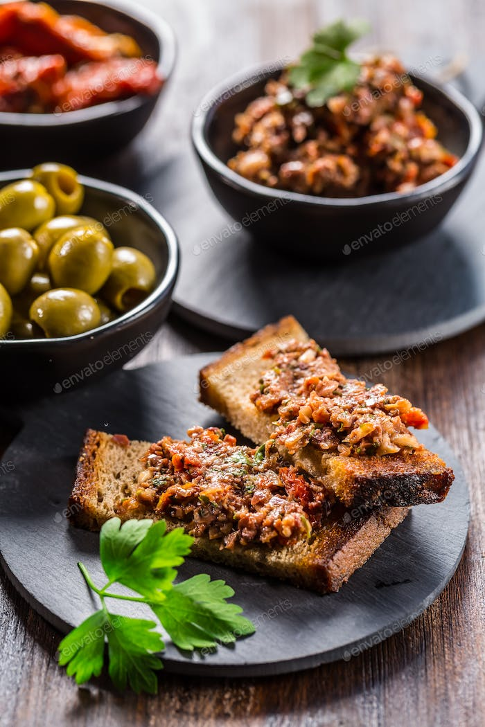 Crispy crostini with tapenade and ingredients.