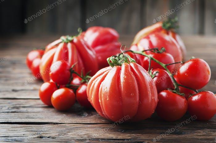 Frische süße Tomate auf dem Holztisch