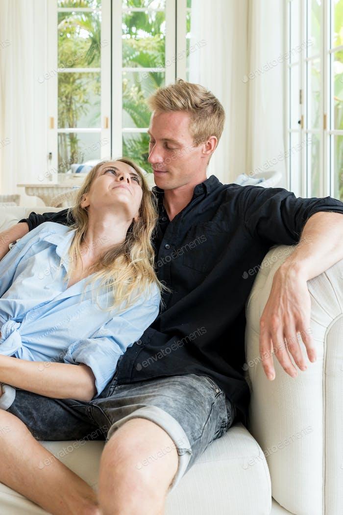 Paar entspannt zusammen auf dem Sofa