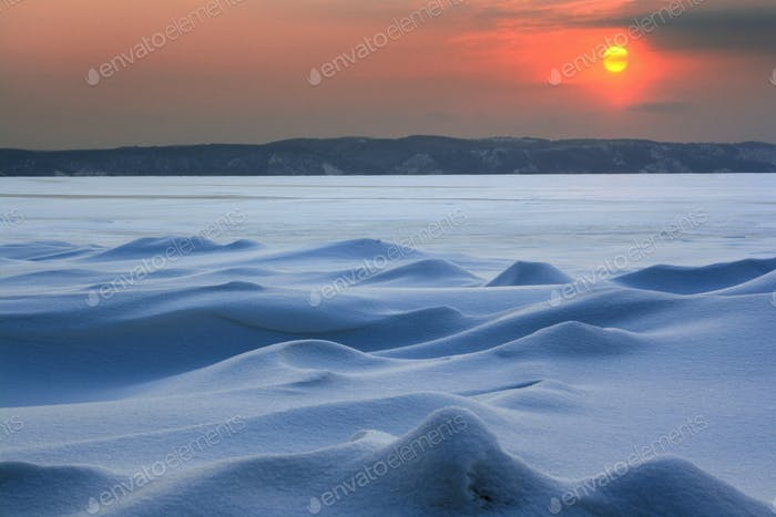 Sonnenuntergang in der eisigen Wildnis