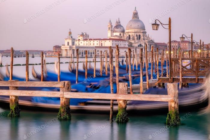 Stadtbild Blick auf Santa Maria Della Salute vor Sonnenaufgang, Venedig
