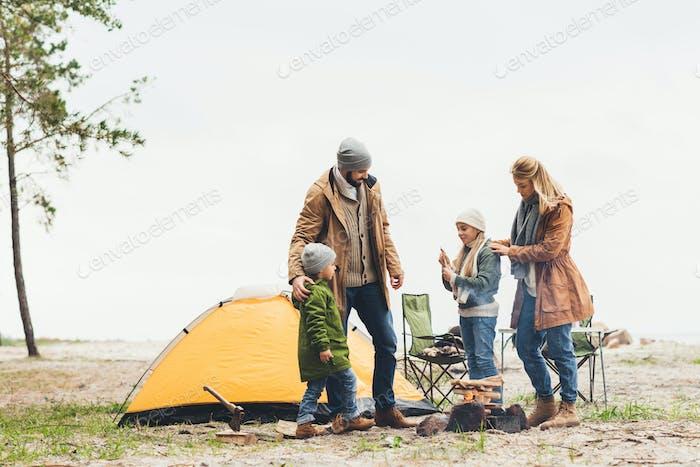 schöne Familie mit Campingausflug an kaltem bewölktem Tag
