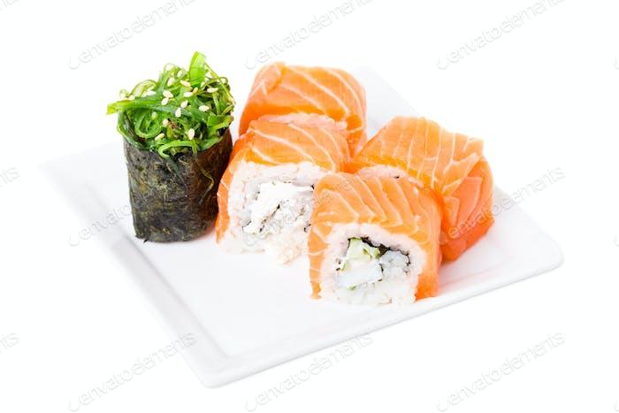 Lachs-Sushi-Rolle mit Schneekrabben und Gurke.