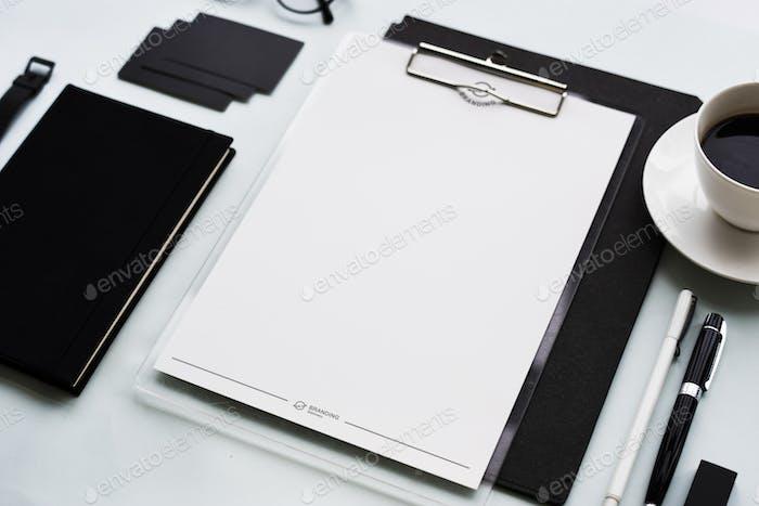 Nahaufnahme von Schwarz-Weiß-Briefpapier