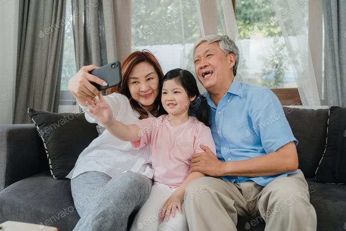 Asiatisches Großeltern-Selfie mit Enkelin zu Hause.