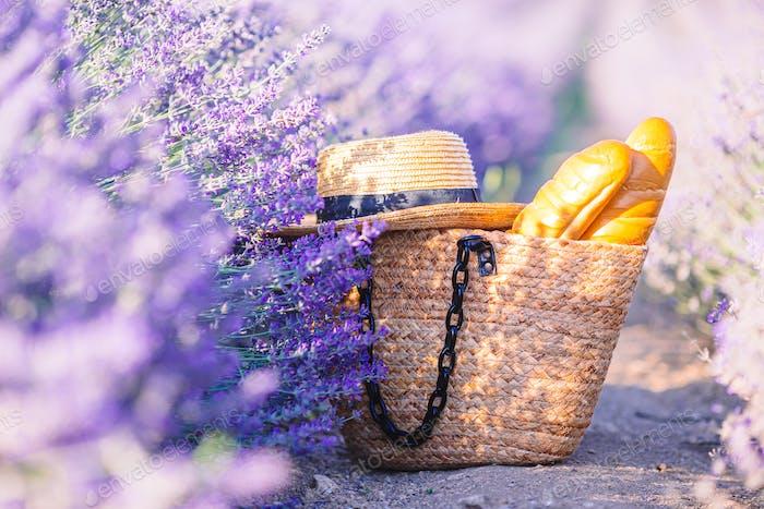 Nahaufnahme Strohbeutel und Hut im Lavendelfeld