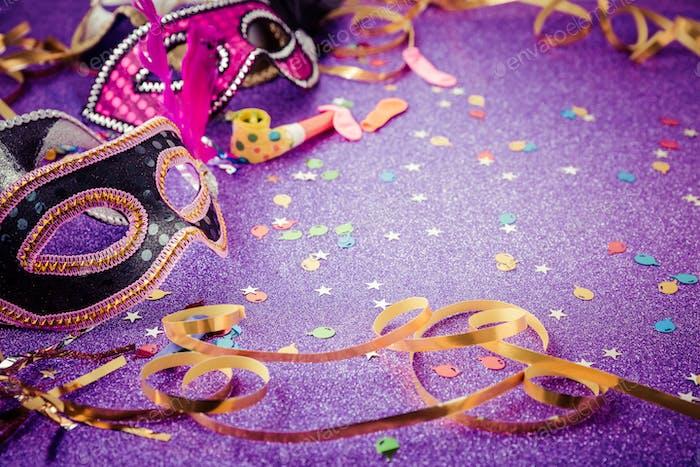 Karnevalsmaske, Streamer und Konfetti für festlichen Hintergrund