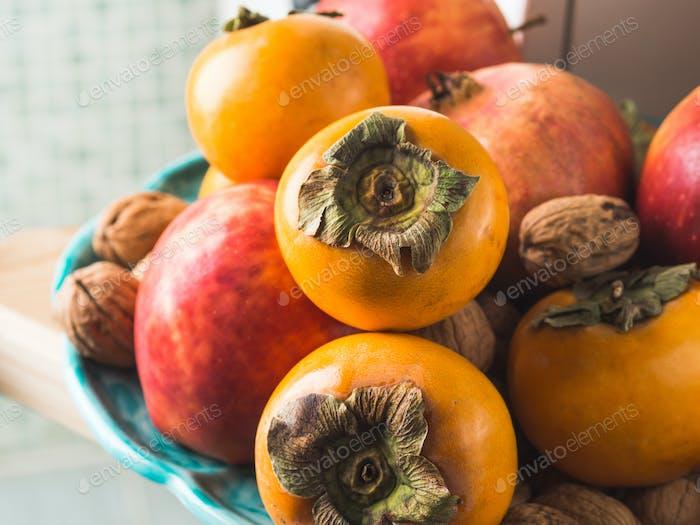 Comida de frutas frescas de otoño en la cocina