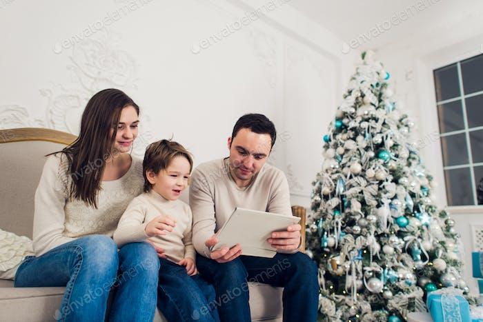Familie spielen Video spiel auf Tablet-PC