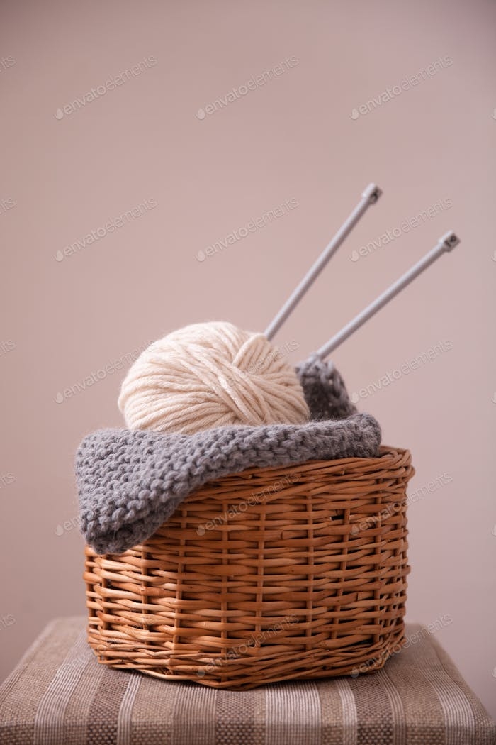 Basket witn yarn clew and knitting needles