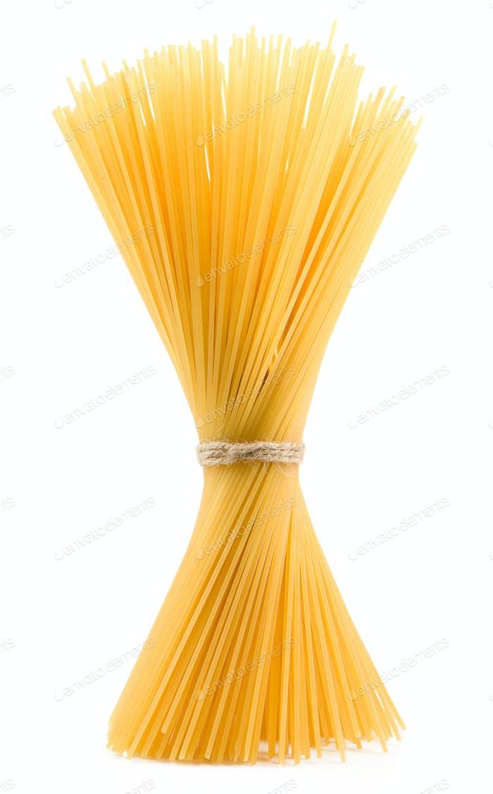 Bündel von Spaghetti isoliert auf weiß