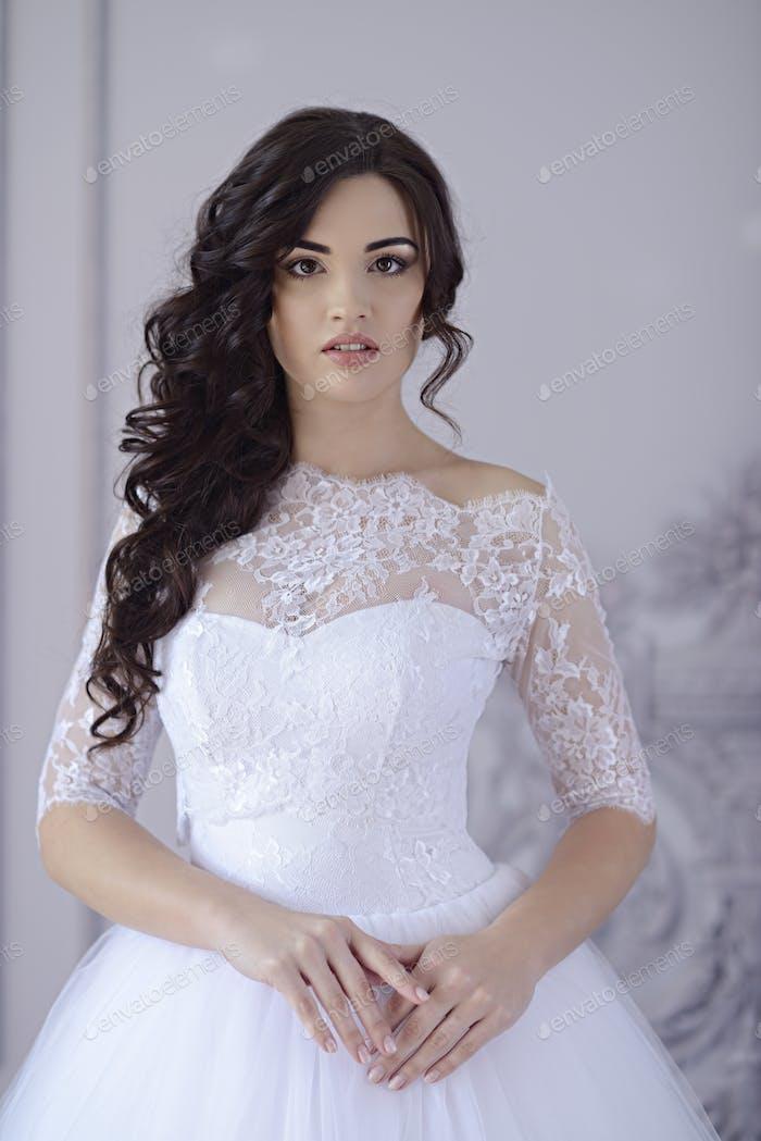 Schönheit Braut im Brautkleid drinnen