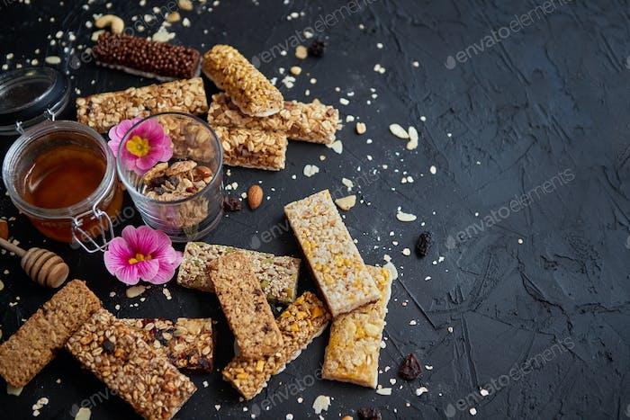 Gesunde Superfood-Zusammensetzung. Verschiedene Arten Müsli Energie Proteinriegel mit Honig im Glas