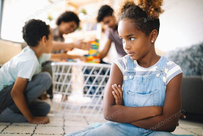 Kleines rebellisches Mädchen hat Konflikt mit der Familie. Familienprobleme. Soziales Fehlverhalten