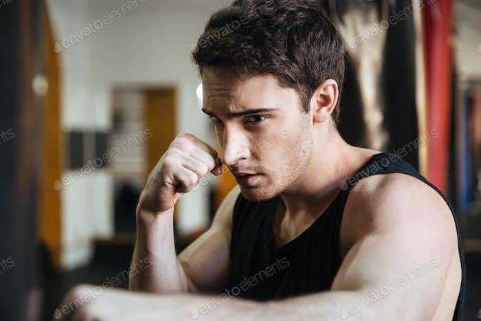 Entrenamiento de boxeador enfocado en el gimnasio