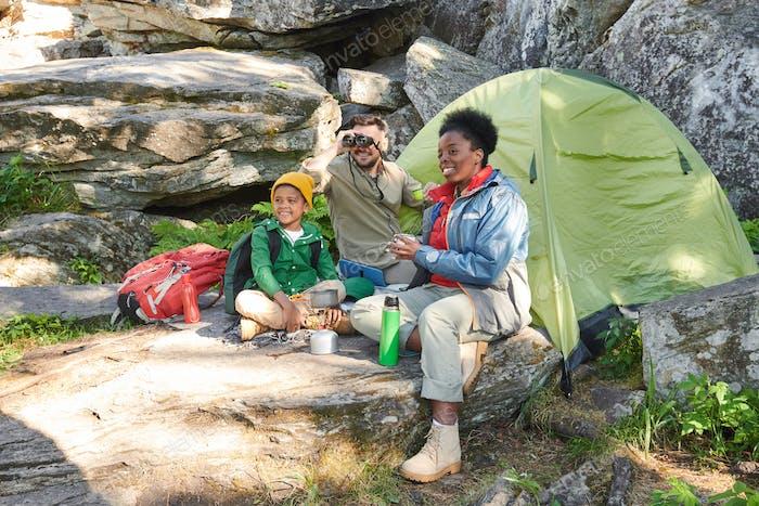 Touristen gehen campen