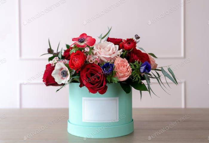 Schöner Blumenstrauß in einer Schachtel