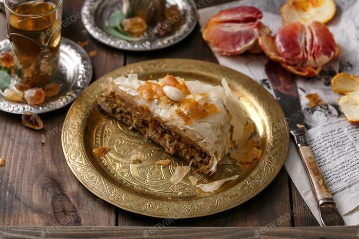 Phyllo Gebäck Hähnchenkuchen auf Kupferplatte mit Tee, Blick schließen