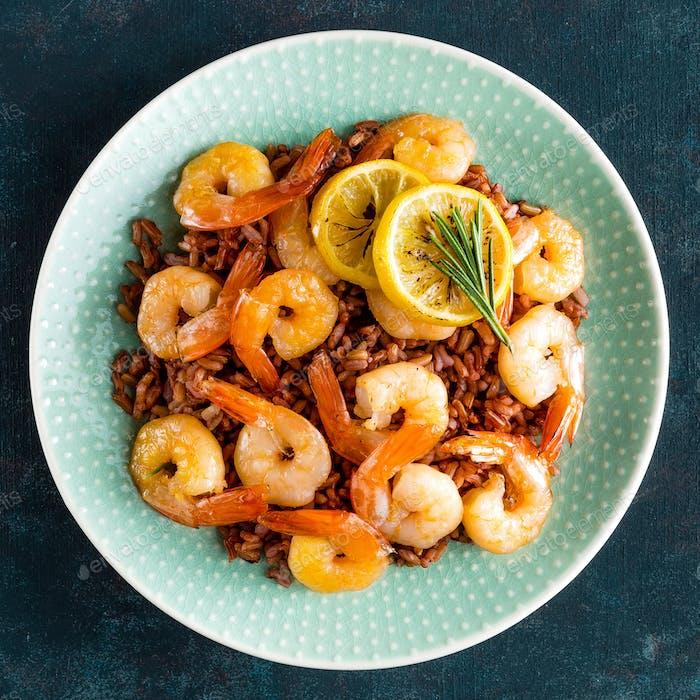 Garnelen gebraten auf Grill und Reis