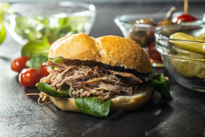 Sandwich mit gezogenem Fleisch.