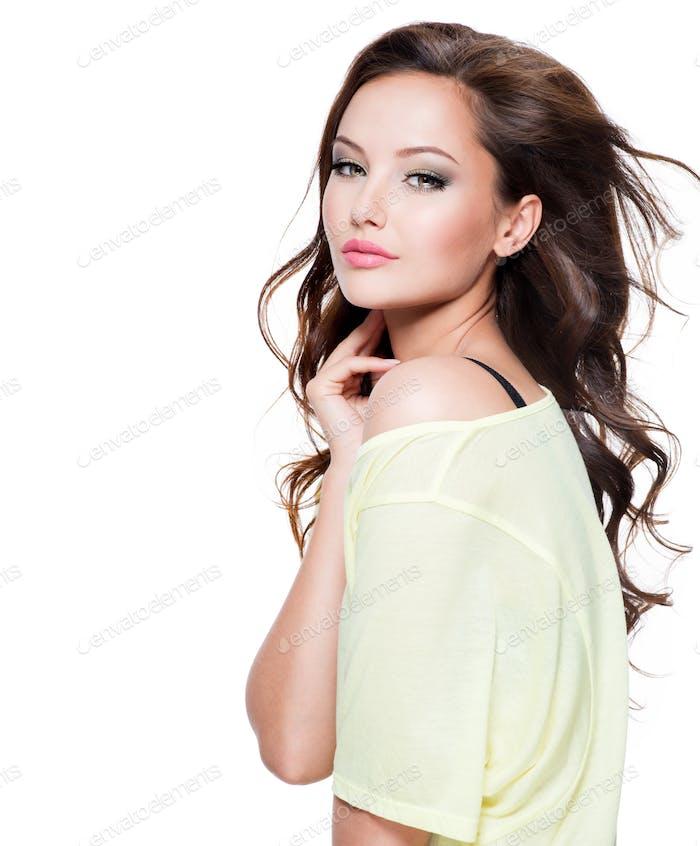 Mujer joven hermosa con el pelo Largo
