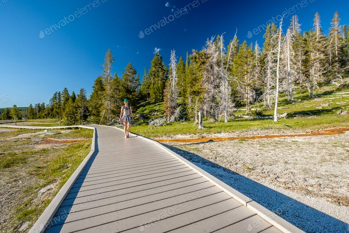 Turista con mochila de senderismo en Yellowstone