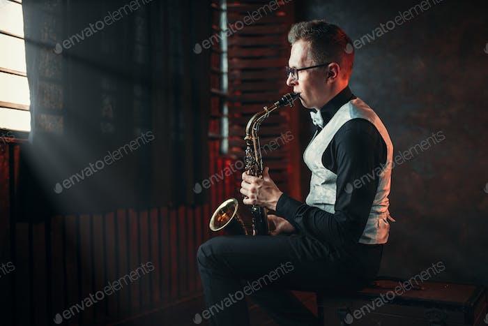 Saxofonista tocando melodía de Jazz en saxofón