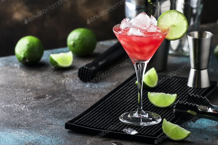 Thumbnail for Wassermelone Schuster, alkoholischer Cocktail mit Wodka, Zitronensaft, Minze, Limette und Crushed Ice