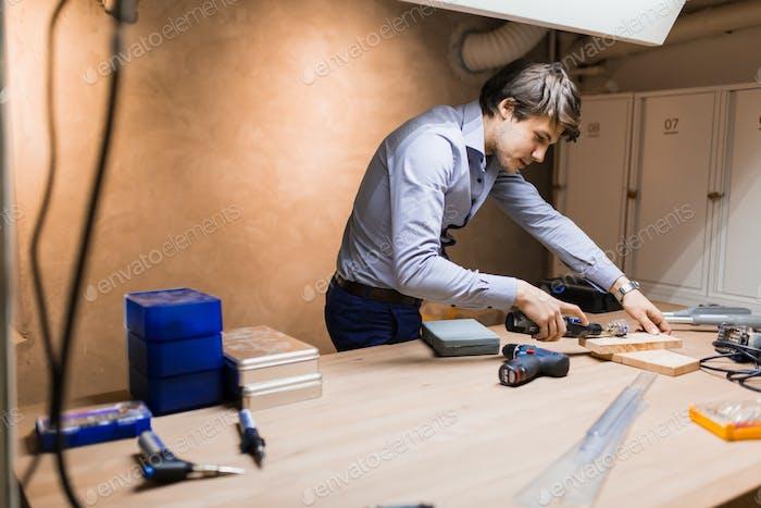 Tischler arbeiten und entwerfen auf Werkbank