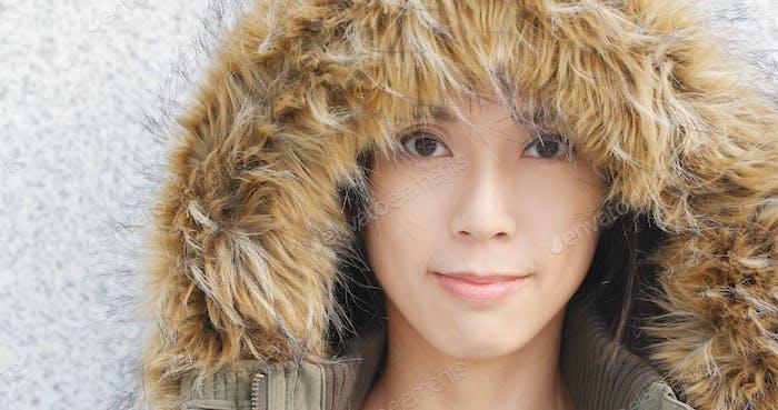 Женщина в зимней куртке